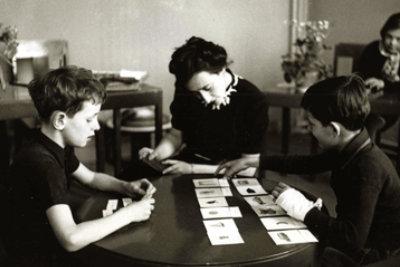 Dr. Maria Montessori teaching a kids